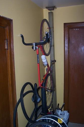 O autor criou um suporte para bicicleta a partir de uma viga de madeira e,